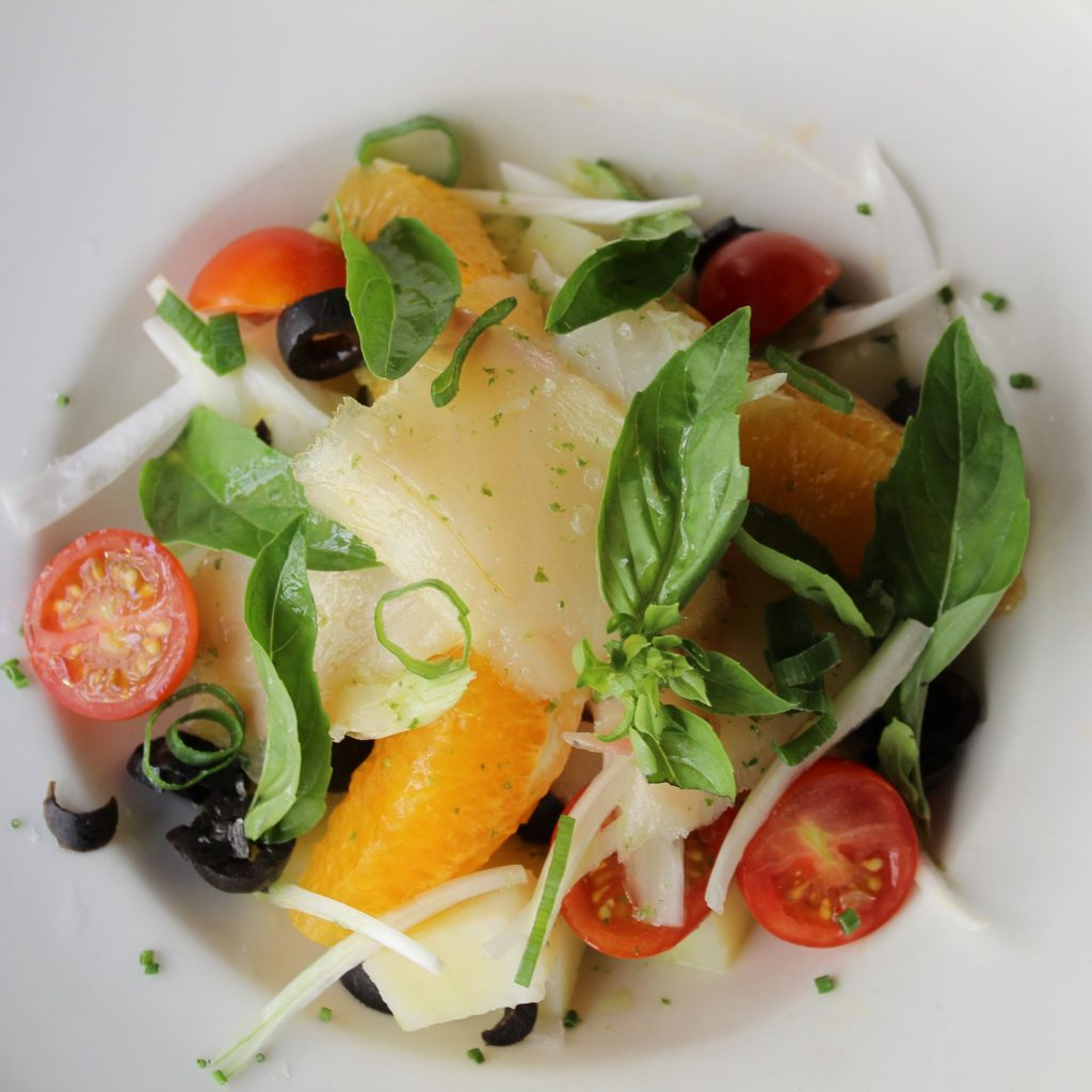 Ensalada malagueña con naranja patata cocida bacalao ahumado tomate Cherry y cebolleta