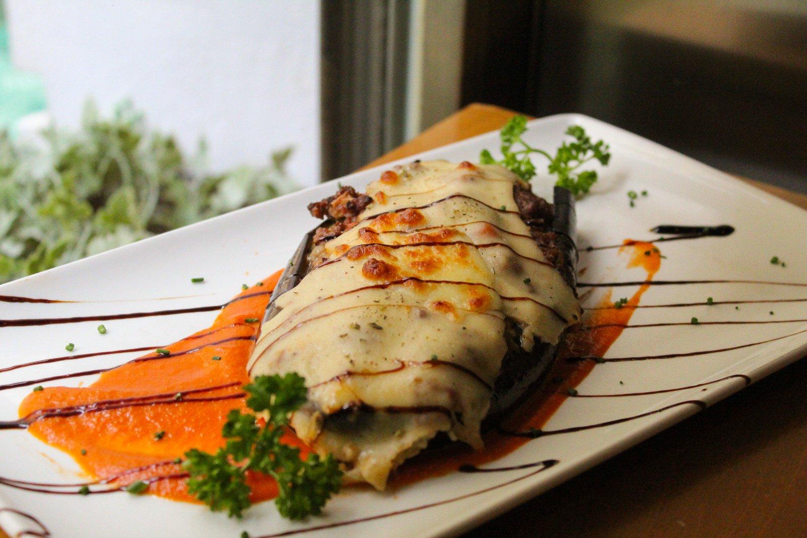 Berenjenas gratinadas rellenas de ternera con salsa de tomate casera