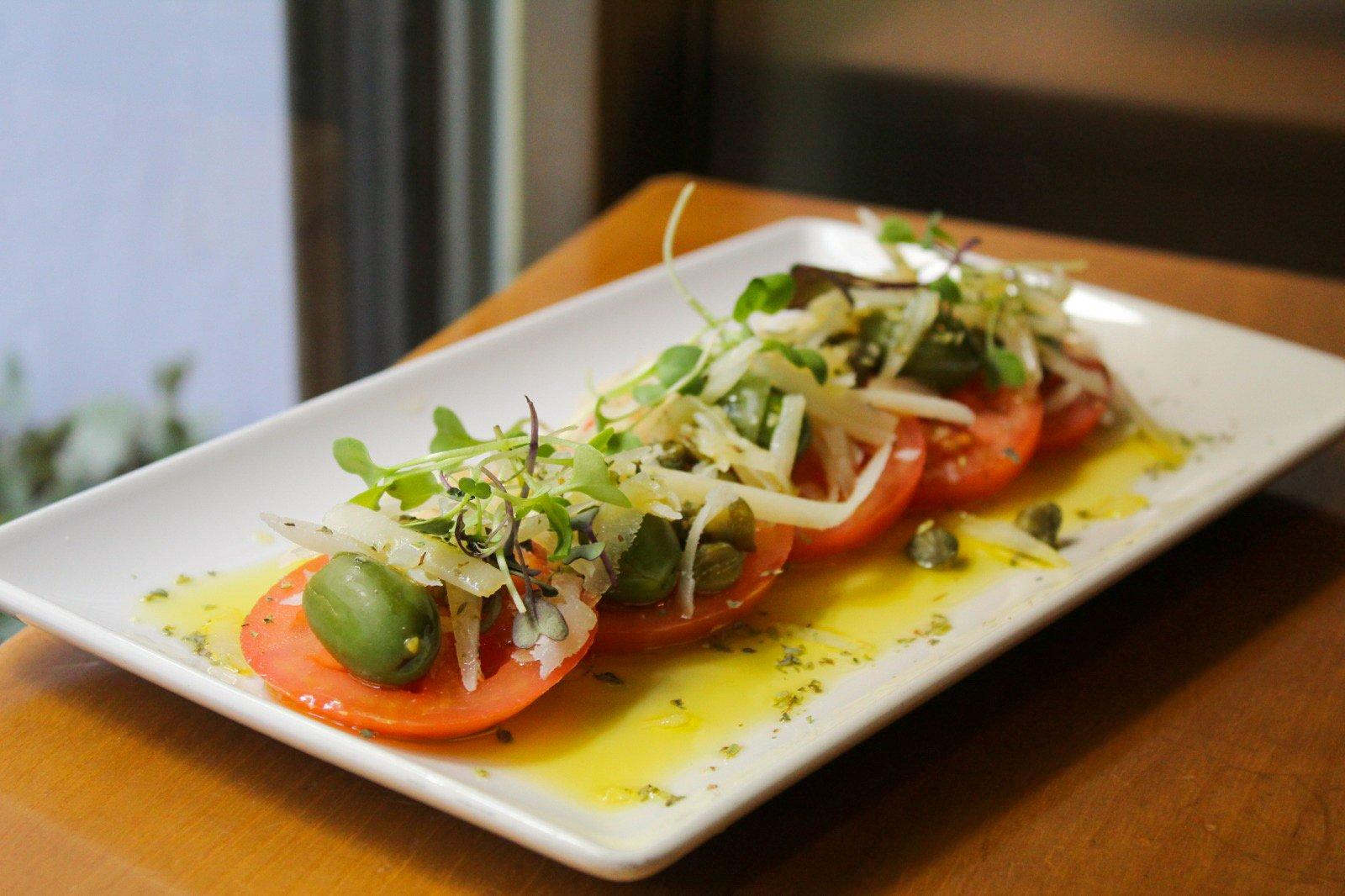 Ensalada manchega con tomate, queso manchego, aceitunas, orégano y alcaparras